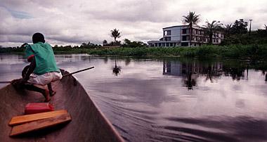 Fotografía de un río africano, cerca del río Ébola
